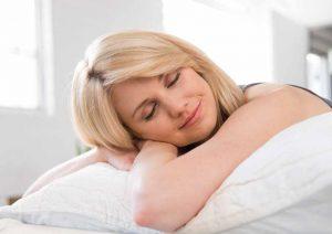 Matelas électrique gonflable Intex Ultra Plush 2 places avec femme qui dort
