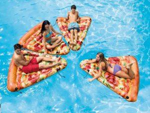Matelas de piscine part de pizza entre amis