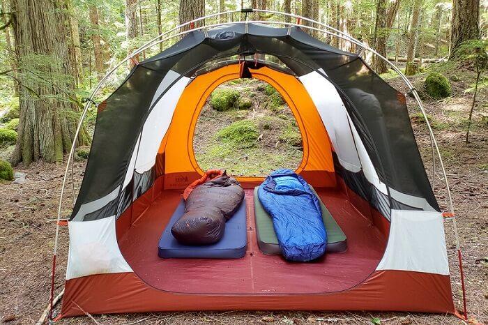matelas gonflable camping dans la nature 2 personnes