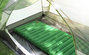 matelas gonflable dans camping vert dans la nature